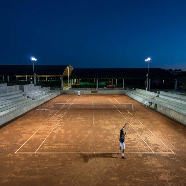 Pista central de tenis iluminada