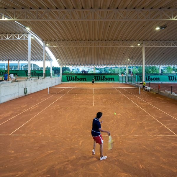 Pistas de tenis cubiertas iluminadas